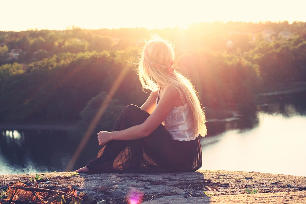 """Photo d'une fille qui regarde un lac sous le soleil"""""""